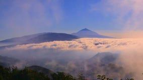 Pico del soporte del volcán con las nubes almacen de video