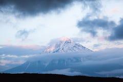 Pico del volcán de Tolbachik en la puesta del sol en un Kamchatka ahumado Rusia imágenes de archivo libres de regalías
