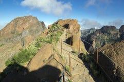Pico do Arieiro ίχνος πεζοπορίας, καταπληκτικό μαγικό τοπίο με τις απίστευτες απόψεις, τους βράχους και την υδρονέφωση Στοκ Φωτογραφίες
