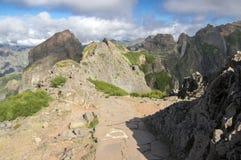 Pico do Arieiro ίχνος πεζοπορίας, καταπληκτικό μαγικό τοπίο με τις απίστευτες απόψεις, τους βράχους και την υδρονέφωση Στοκ Εικόνα