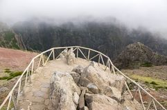 Pico do Arieiro ίχνος πεζοπορίας, καταπληκτικό μαγικό τοπίο με τις απίστευτες απόψεις, τους βράχους και την υδρονέφωση, άποψη Στοκ φωτογραφία με δικαίωμα ελεύθερης χρήσης