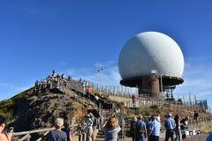 Pico do Arieiro με το σταθμό ραντάρ και πολλοί τουρίστες Στοκ Εικόνες