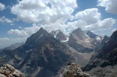 Pico elevado e nuvens Fotos de Stock Royalty Free