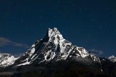 Pico en la noche, Nepal de Macchapucchare Imagenes de archivo