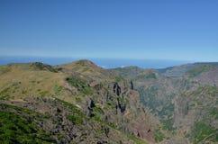 Pico fa i picchi di Pico Ruivo e di Arieiro, Madera Fotografia Stock Libera da Diritti