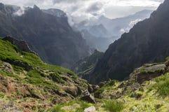 Pico faz a fuga de caminhada de Arieiro, paisagem mágica surpreendente com vistas incríveis, rochas e névoa, vista do vale entre  fotos de stock royalty free