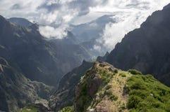 Pico faz a fuga de caminhada de Arieiro, paisagem mágica surpreendente com vistas incríveis, rochas e névoa, vista do vale entre  fotografia de stock