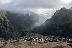 Pico gör Arieiro som fotvandrar slingan, fantastiskt magiskt landskap med oerhörda sikter, vaggar, och mist, sikten av dalen betw arkivfoton
