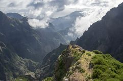 Pico gör Arieiro som fotvandrar slingan, fantastiskt magiskt landskap med oerhörda sikter, vaggar, och mist, sikten av dalen betw arkivbild