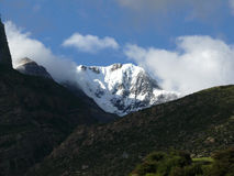 Pico Himalayan de Chulu durante monzón fotografía de archivo