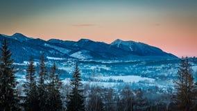 Pico iluminado por los rayos del sol en invierno en Zakopane, montañas de Tatra Imagen de archivo libre de regalías