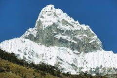 Pico 6108m de Chacraraju no Peru, Ámérica do Sul fotografia de stock