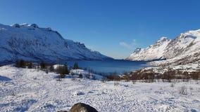 Pico majestuoso del valle de la montaña con la opinión de la nieve blanca limpia y de cielo azul, Círculo Polar Ártico, Noruega s almacen de metraje de vídeo