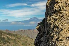 Pico nevado del volcán Teide, Tenerife Visión desde el La Gomera, rocas de la isla de Los Roques fotografía de archivo libre de regalías