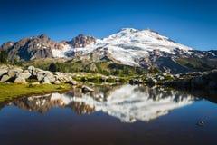 Pico nevado e lago Fotos de Stock