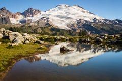 Pico nevado e um lago raso Foto de Stock Royalty Free