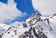 Pico nevado en las montañas fotos de archivo