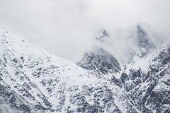 Pico nevado en las nubes foto de archivo libre de regalías