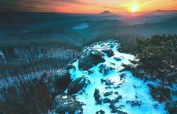 Pico nevoento outonal frio do fole do tempo Rochas expostas do arenito foto de stock