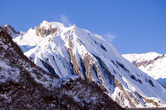 Pico nevoso ventoso Imagenes de archivo