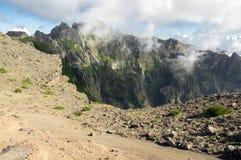 Pico robi Arieiro wycieczkuje ślad, zadziwiającego magia krajobraz z nieprawdopodobnymi widokami, skały i mgłę, widok dolina międ Obraz Royalty Free