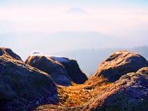 Pico rochoso acima do tempo frio nas montanhas, névoa colorida do inverno inverso da névoa Vale enevoado Fotos de Stock Royalty Free