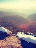 Pico rochoso acima do tempo frio nas montanhas, névoa colorida do inverno inverso da névoa Vale enevoado Foto de Stock Royalty Free