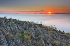 Pico rochoso do basalto no monte Pico afiado da formação do basalto Polos longos do basalto do vulcão frio fotos de stock