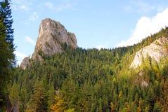 Pico rochoso do ceahlau no desfiladeiro do bicaz e no lago vermelho Imagem de Stock