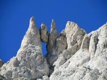 Pico rocoso de piedra de la ejecución de la cordillera de Apennine fotos de archivo