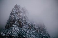 Pico rocoso en niebla en Zion National Park Foto de archivo