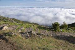 Pico Ruivo, над облаками, изумительный волшебный ландшафт, неимоверные взгляды, солнечная погода с облако нижнего яруса, остров М Стоковые Изображения