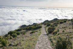 Pico Ruivo, der, über Wolken, erstaunliche magische Landschaft, unglaubliche Ansichten, sonniges Wetter mit tiefen Wolken, Insel  Lizenzfreies Stockfoto