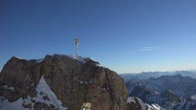 Pico y cruz de la cumbre de Zugspitze almacen de metraje de vídeo