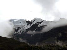 Pico y glaciar Himalayan en nubes de la monzón Fotografía de archivo