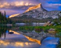 Pico y lago de la catedral Parque nacional de Yosemite fotos de archivo
