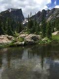 Pico y pequeño lago Rocky Mountain National Park de Halet Imagen de archivo