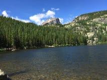 Pico y pequeño lago Rocky Mountain National Park de Halet Imagenes de archivo
