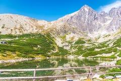 Pico y Rocky Mountain-Lake de Lomnica en el alto Tatras fotografía de archivo libre de regalías