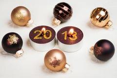 Picofarad 2013 - Esferas do Natal e velas ardentes Fotografia de Stock Royalty Free
