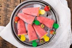 Picolés caseiros do fruto da morango fotografia de stock royalty free