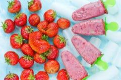 Picolés caseiros do iogurte da morango, CCB de refrescamento do alimento do verão foto de stock royalty free