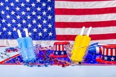 Picolés de derretimento no fundo patriótico Fotos de Stock Royalty Free