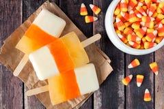 Picolés do milho de doces de Dia das Bruxas no fundo de madeira rústico Foto de Stock Royalty Free