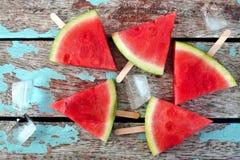Picolés da fatia da melancia no fundo de madeira rústico Imagem de Stock