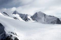 Picos alpinos de los glaciares coronados de nieve, montañas, Suiza, Europa foto de archivo