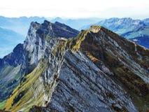 Picos alpinos en la cadena de montaña de Churfirsten entre Thur River Valley y lago Walensee fotos de archivo