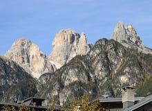 Picos alpinos en las dolomías Imagenes de archivo