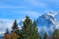 Picos alpinos en nieve del invierno Imágenes de archivo libres de regalías