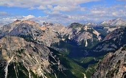 Picos brilhantes das Cume-dolomites italianas iluminadas pela luz do sol imagem de stock